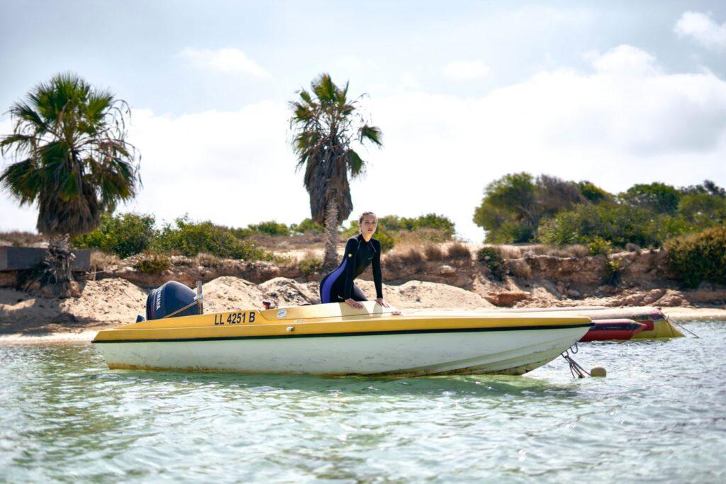 Frau auf Boot für Brand Image
