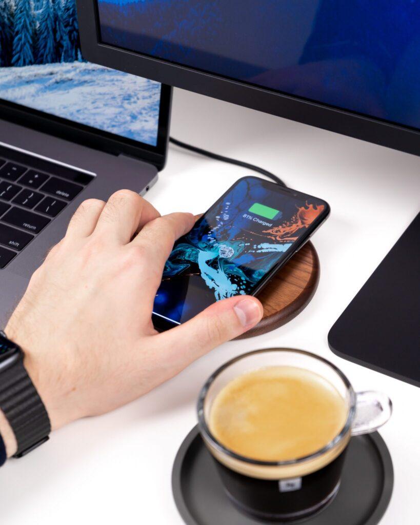 Kaffee und Computer für Brand Marketing
